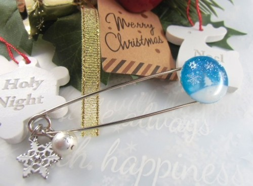ホワイトクリスマスの夜のカブトピンブローチ