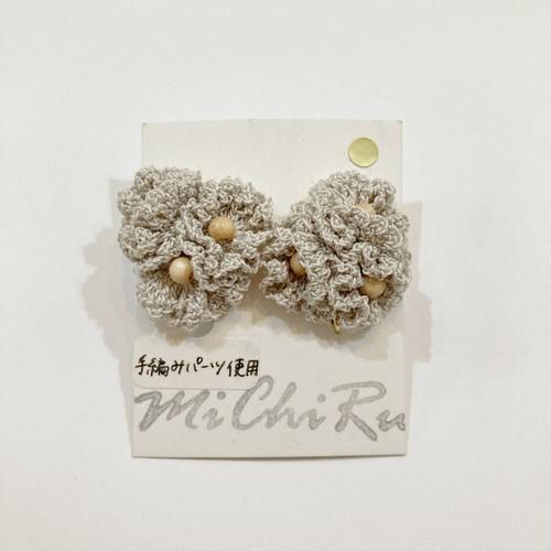 【MiChiRu】手編みの花束イヤリング(グレーベージュ)