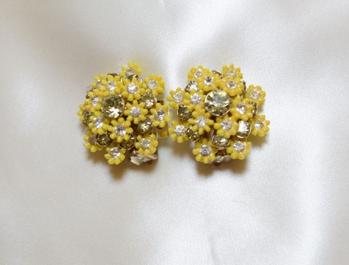 VINTAGE small yellow flower earring