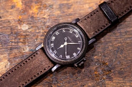 ヴィンテージ感のあるコインエッジケースの黒い文字盤の腕時計(Nes Medium/店頭在庫品)