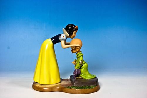 ディズニー フィギュア 陶器 白雪姫 白雪姫とまぬけ 甘い見送り 4006685
