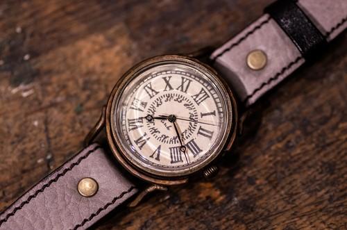 漆喰にスタンプで文字を押した適度な凹凸のある文字盤の大き目な腕時計 (Marvin Large/店頭在庫品)