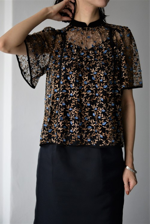 LOKITHO / FLOWER EMBROIDRED BLOUSE (blue)