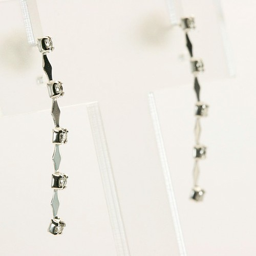 タテラインダイヤモンド付きのピアス K18ホワイトゴールド