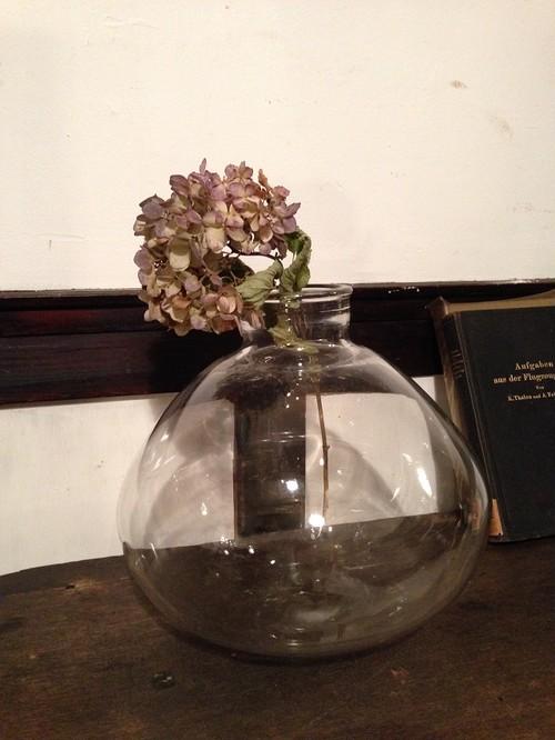 丸底ガラス製の花瓶