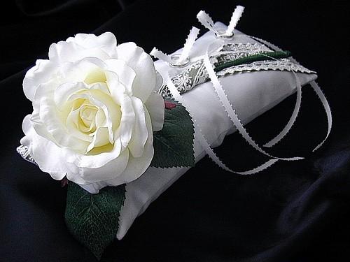 [送料無料]大きなバラをのせた横長リングピロー