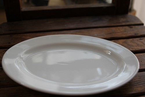 白いオーバルプレート (中)