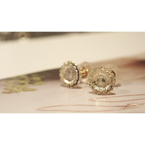 Gerbera K10YG Studs Earrings
