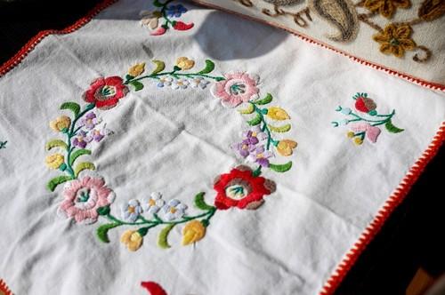 赤い縁取りのテーブルマット カロチャ刺繍 ハンガリー刺繍
