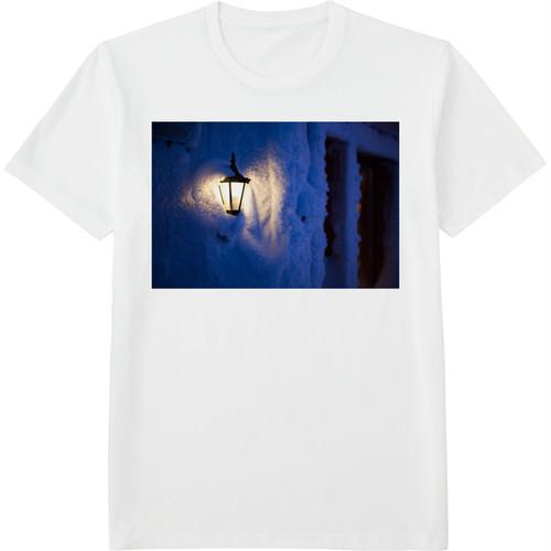 77.Finland100 Tシャツ / 雪の中の灯火