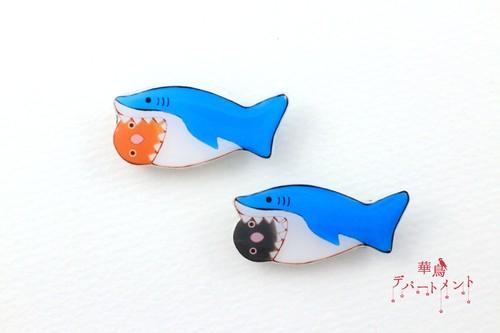 【サメに食べられてるブローチ】ボタンインコ