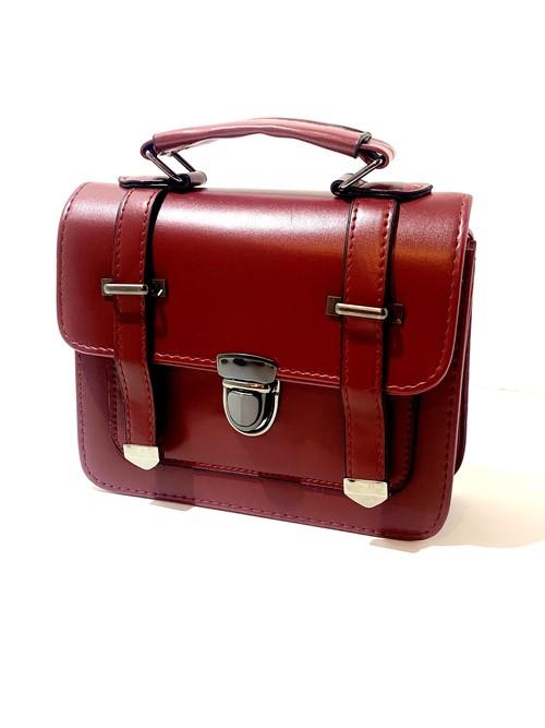 ボルドーカラーのハンドバッグ