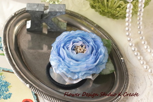 水色のラナンキュラスのお花のヘアゴム 造花 髪飾り お花 卒業式 入学式 卒園式 入園式 おでかけ 水色 ブルー