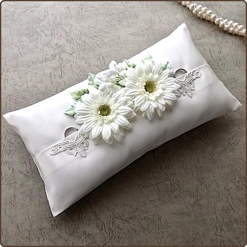 ガーベラを並べたタックスタイルの枕形のリングピロー