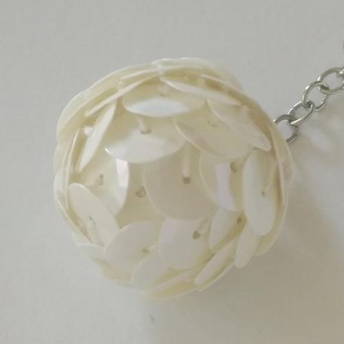白いスパンコールボールのアクセサリー