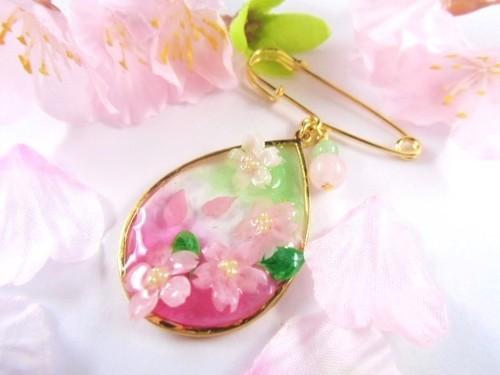 満開の桜のカブトピンブローチ