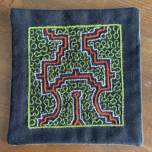 ポットマット 13x13cm 泥染め刺繍 シピボ族の手刺繍 コースター 額装 黒帆布