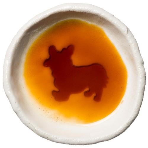 コーギーのシルエットが浮かぶお醤油小皿(丸)