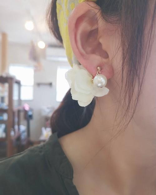 8種類のノンホール樹脂.お花とコットンパールの揺れるイヤリング(通常のピアスやイヤリング、他も有ります)