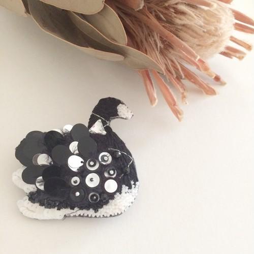 Black Swan white X black 刺繍ブローチ
