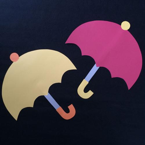大きい傘の壁面装飾