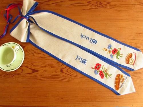 【パンのある幸せ】アネモネとドイツパンとドイツ語の手刺繍 リボンリース /未使用品 ヴィンテージ・ドイツ 玄関リース
