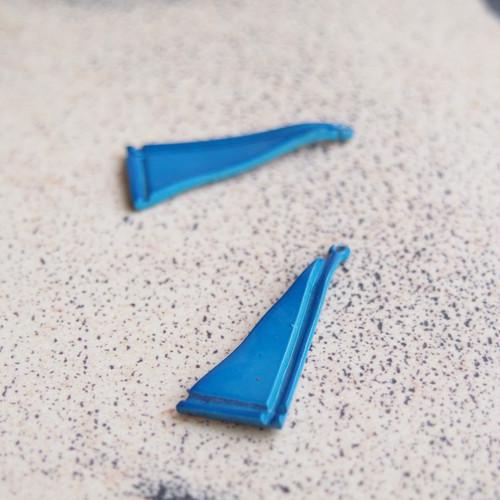 ヴィンテージ ヴィヴィッドなブルーの三角エナメルチャーム(2コ)