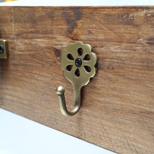 素朴なお花型小さめ壁用フック  取付けお手軽  小スペースにおすすめ アンティークゴールド