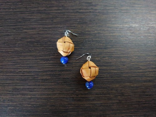 ラピスラズリと白樺樹皮のピアス キューブ(天然石)