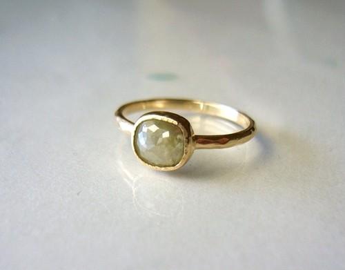 ナチュラルダイヤモンドの指輪(グリーンベージュ)