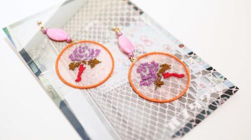 オフクワケ 薔薇の刺繍ポイ イヤリング