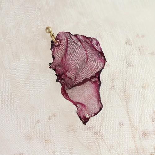 染めオーガンジーのアートピアス|バーガンディ