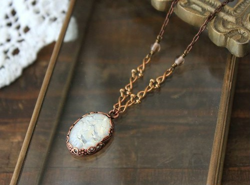 ヴィンテージ・ホワイトオパール・グラスカボション ネックレス(真鍮デザイン・チェーン)