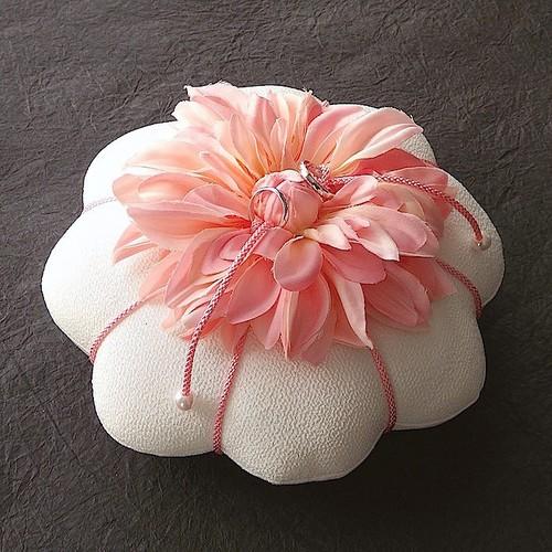 ダリアを飾った花丸形の和風リングピロー