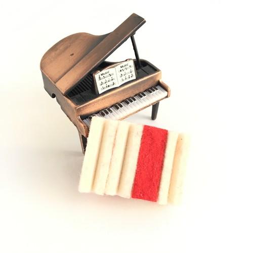ピアノのダンパーフェルトを使ったブローチ Piano damper-felt brooch