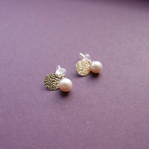 淡水真珠とゴールドディスクのスタッズ