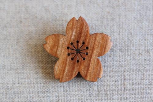 桜の木で作ったサクラの花ブローチ