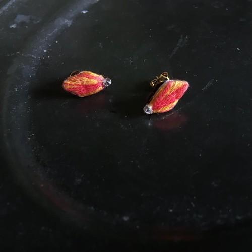 赤い落ち葉のピアス