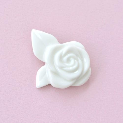 白磁のバラブローチ