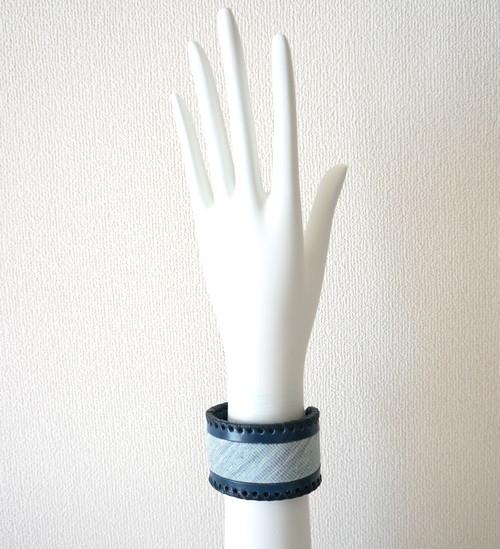 レザーのレースかがりバングル(ネイビー×伝統工芸織物)