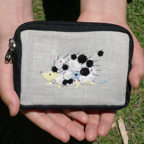 超絶おススメ使ってみて欲しい 。手刺繍 Wのポーチ「花まとうハリネズミ」