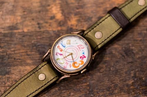 数字の色、角度、サイズ、字体がすべて異なる腕時計(Buckley Medium/店頭在庫品)
