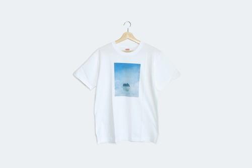 湖に浮かぶ、月と森を描いた、Tシャツ