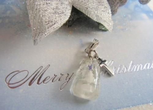 ホワイトクリスマスツリーが入ったビジューペンダント