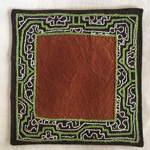 コースター 14cm四方 アマゾン シピボ族の泥染め刺繍 黄緑 裏加工