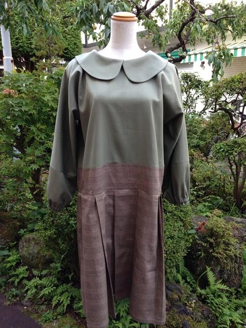 プリーツスカートがさりげなく可愛さを演出する長そでの丸襟ワンピース(オリーブグリーン×グレーチェック) 一点物