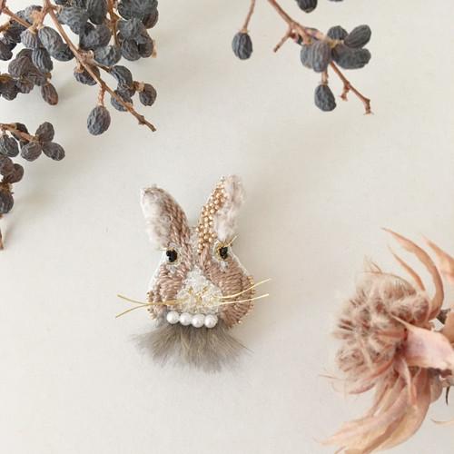 NEW《プチサイズ》Rabbitファーbeige 刺繍ブローチ<B>