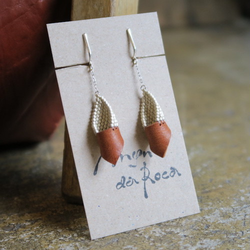 Man da Roca   White beads & Leather earring