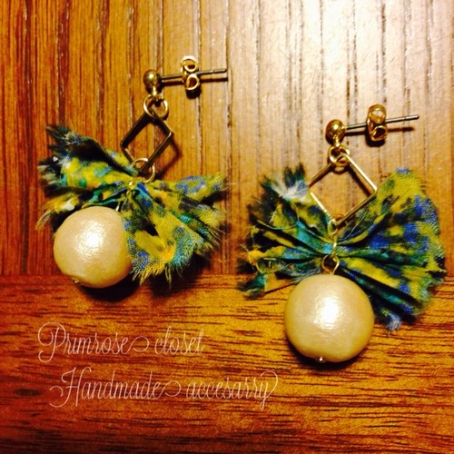 handmade accessory  フランスリバティ生地のリボンとコットンパールのピアス