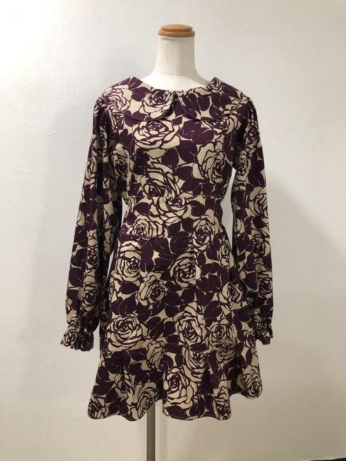 冬こそ選びたい美シルエットのショート丈スタイル。 エレガントなバラ模様の、上品でかわいい長袖のバックリボン丸襟ミニワンピース(紫)。一点もの コットン100% 秋冬 パフスリーブ パーティ 通勤 通学